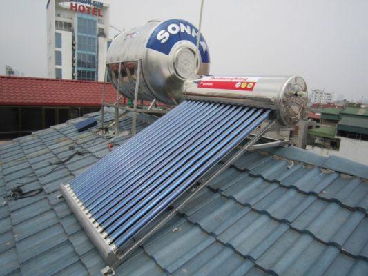 Hình ảnh lắp đặt Thái Dương Năng trên mái ngói.