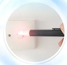 Dùng bút thử điện kiểm tra bình có rò rỉ điện không