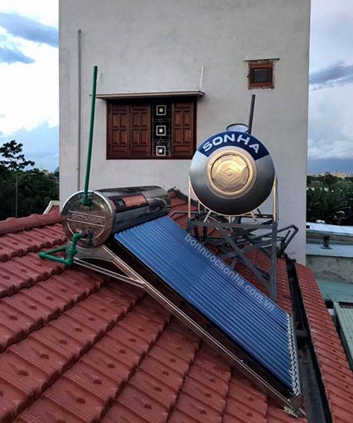 Thái Dương Năng Sơn Hà được đặt trên mái ngói