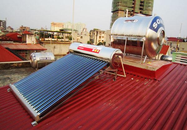 Hình ảnh Thái Dương Năng kết hợp Bồn nước Sơn Hà trên mái tôn