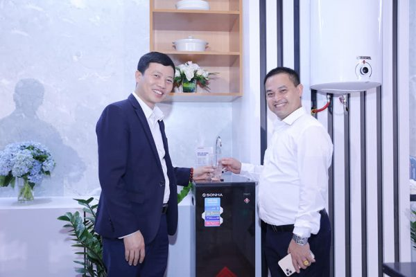 Anh Thành(trái) - Giám đốc hệ thống phân phối toàn quốc bên cạnh sản phẩm lọc nước mới