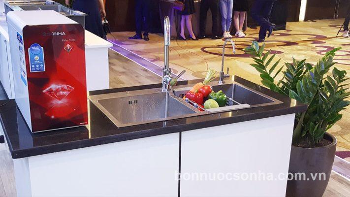 Hình ảnh chậu rửa thế hệ mới bên cạnh chiếc máy lọc nước RO Kitchen Sơn Hà